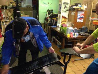 Préparation des boards de Nicolas Pillin chez Centsix Snowscoot